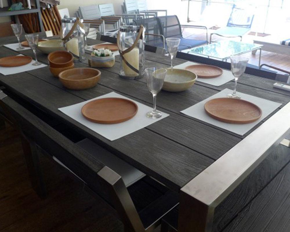 mesa de madera con vajilla de diseño