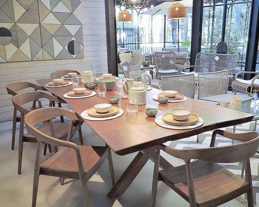 mesa con sillas de diseño