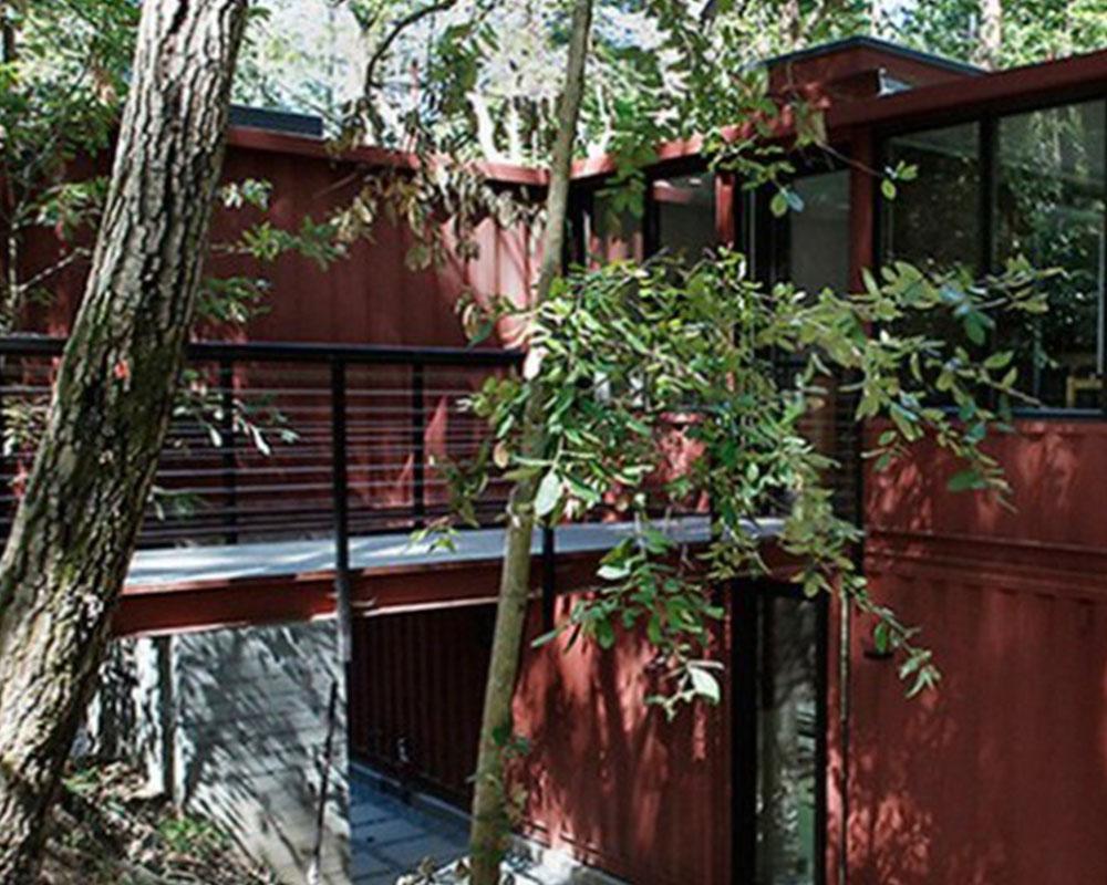 Exterior casa con containers