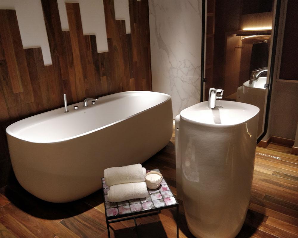 baño con tina y lavabo FOA