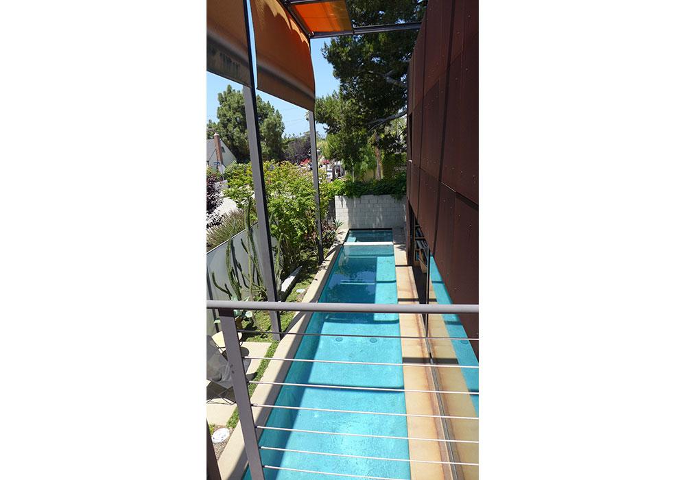 gran piscina con toldo