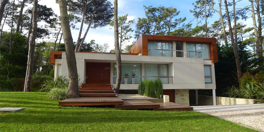 Casa con diferentes volumenes y materiales